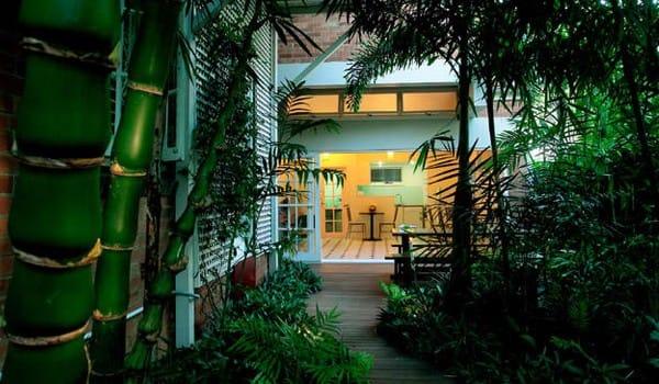 Bên cạnh đó, có thể bổ sung một số chi tiết cho khu vườn như bàn ăn ngoài trời, bể bơi hay bàn ghế đọc sách và đừng quên thiết kế những lối đi nhỏ bên trong vườn.