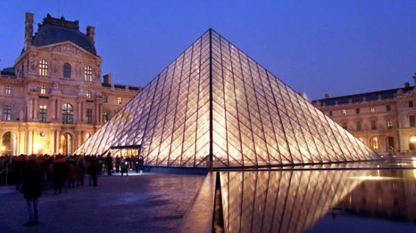Kim tự tháp tại bảo tàng Louvre, Paris