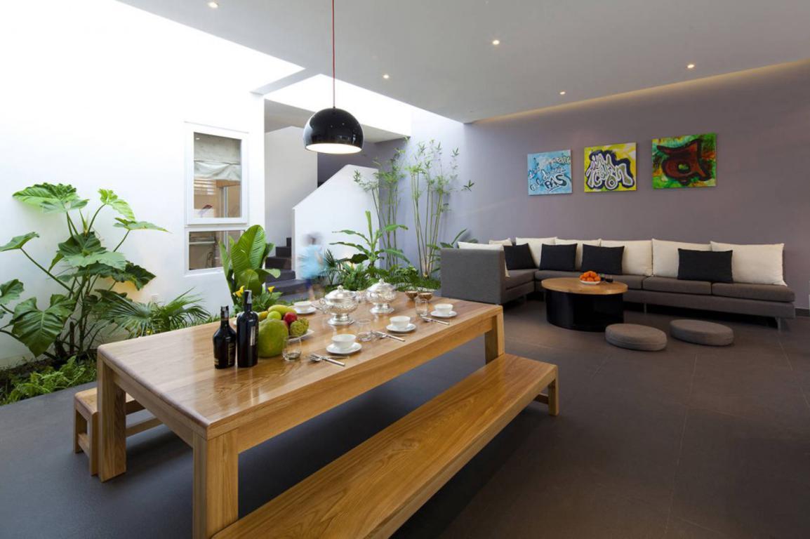 Phòng khách và bếp sử dụng ánh sáng tự nhiên từ giếng trời