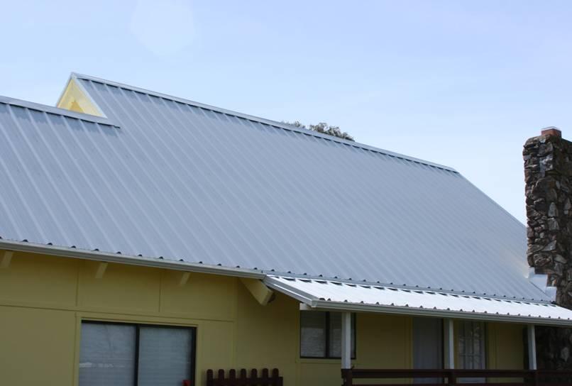 Mái nhà kim loại trắng