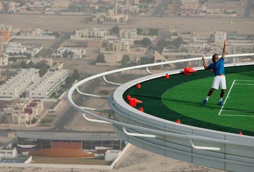 Sân tennis trên tầng thượng.