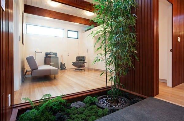 Một phần nhỏ của ngôi nhà được dùng để trồng các loại cây khác nhau.