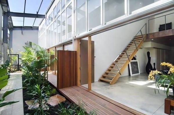 Nếu ngôi nhà của bạn có nhiều không gian hơn, thì bạn có thể tạo ra một khu vườn lớn và đẹp như khu vườn ở trong ảnh này.