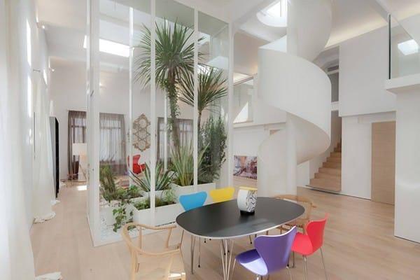 Ngoài cầu thang uốn lượn là điểm nhấn của căn hộ này, căn hộ còn có khu vườn xinh xắn được trang trí bởi các hộp gỗ màu trắng.