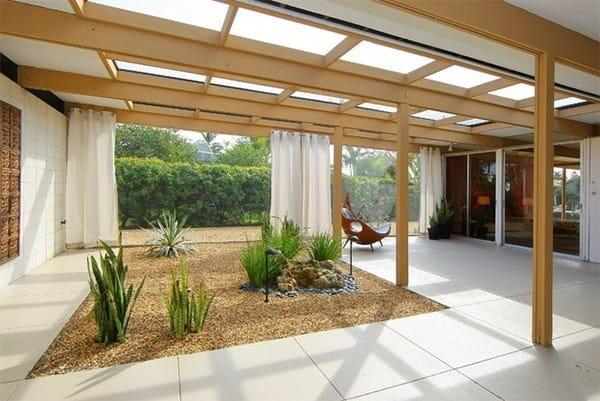 Bất cứ ngôi nhà nào có khu vực mở thì xứng đáng có một khu vườn như thế này. Khu vườn có thiết kế đơn giản và hiện đại.