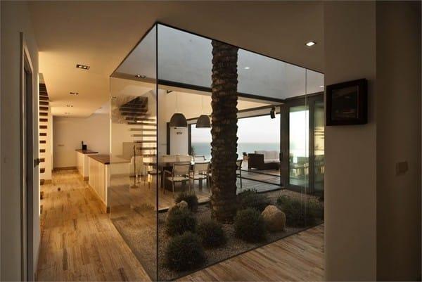 Hoặc bạn có thể thiết kế vườn cùng mặt bằng với ngôi nhà. Cần phải chú ý rằng, các cây luôn phát triển theo hướng của mái nhà nhé.