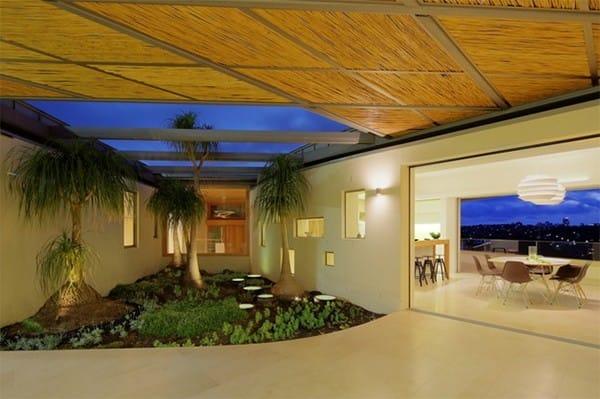 Một góc trong căn nhà được biến thành ốc đảo đáng yêu của các loại cây khác nhau. Ánh sáng được sử dụng khéo léo trong khu vườn này tạo ra một không gian thật mê hoặc.