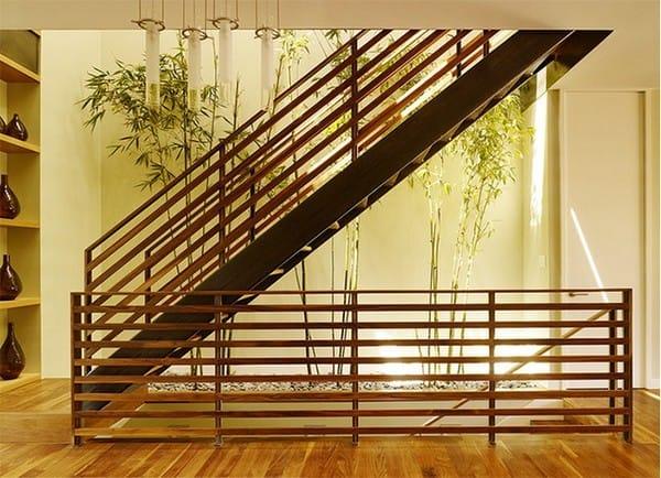 Có rất nhiều nhà đặt cây dưới hoặc bên cạnh cầu thang. Với thiết kế như trong hình, chủ nhân đã sử dụng cây tre, điều này tạo ra một cảm giác rất yên tĩnh cho ngôi nhà.