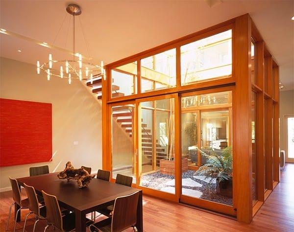 Trong ngôi nhà, khu vườn được bố trí ở giữa, cho phép lượng ánh sáng phong phú đi khắp các phòng.