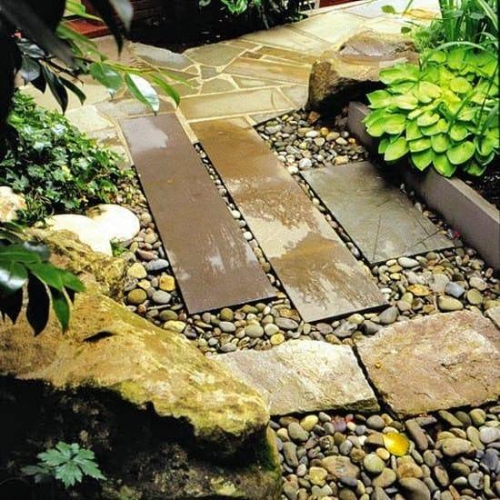 Những vật liệu đơn sơ được sắp xếp xen kẽ tạo nên sự thanh thoát cho lối dẫn vào vườn...