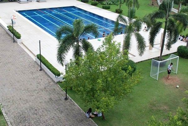 Hồ bơi ngoài trời bên cạnh sân bóng.