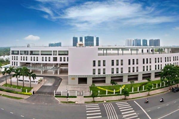 Toàn cảnh nhà trường nhìn từ mặt đường Nguyễn Đức Cảnh.