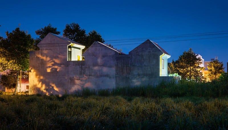 Nhìn từ xa, ngôi nhà ở quận Cái Răng (Cần Thơ) có vẻ ngoài giản dị với ba khối liên kết bởi những khoảng sân trong. Đây là nơi ở của một gia đình trẻ có sự hòa trộn giữa hai nền văn hóa khác biệt. Người chồng từ Hà Nội chuyển vào còn vợ anh là người con gái miền Tây.