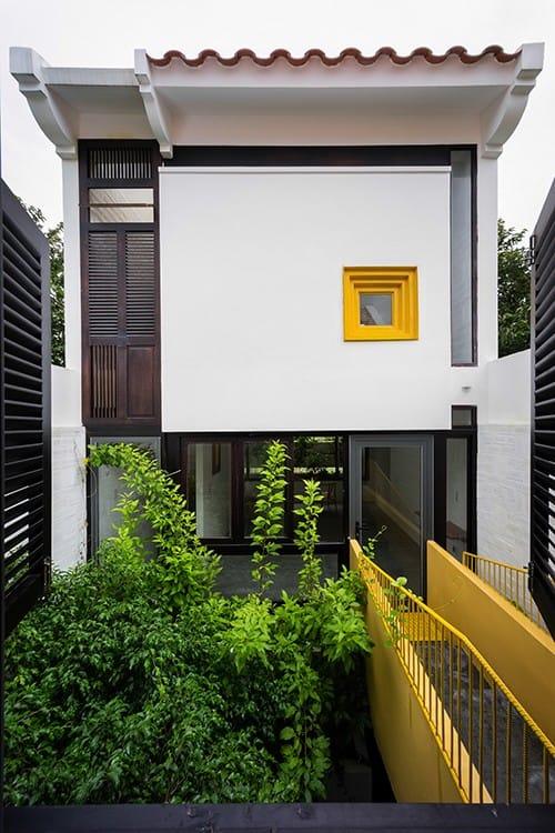 Đó là lớp mái ngói lô xô giống trong tranh về phố phường Hà Nội của họa sĩ Bùi Xuân Phái hay các khoảng sân trồng cây xanh trong nhà ống.