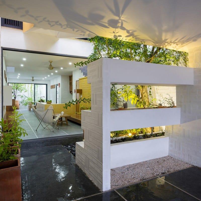 Nhà được xây dựng ở mảnh đất miền Tây, nơi con người sống cởi mở, phóng khoáng, thích hòa mình với thiên nhiên. Bởi vậy, người thiết kế tạo ra một không gian mở tối đa, xuyên suốt từ đầu tới cuối nhà.