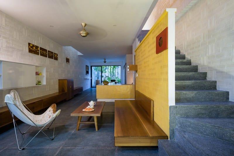 Ngôi nhà sử dụng chủ yếu các đường thẳng, mặt phẳng nhưng thu hút với sự phong phú về vật liệu. Cách xếp gạch giúp các bức tường mộc quét sơn trắng trở nên tinh tế hơn.