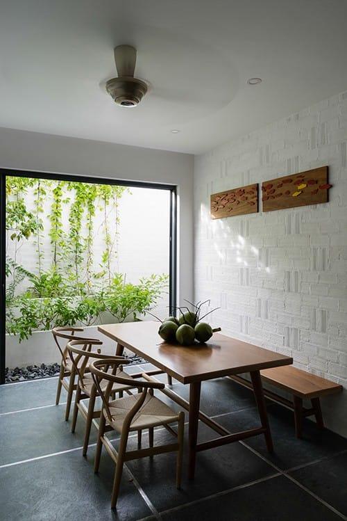 Đặc điểm khí hậu mưa nắng thuận hòa giúp cây cối ở đây nhanh chóng xanh tươi. Chủ nhà có thể tận hưởng màu xanh của thiên nhiên từ bất kỳ góc phòng nào với những khung cửa mở rộng.