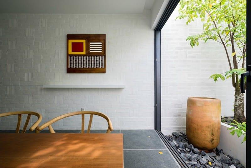 Giữa không gian nội thất tối giản kết hợp với những nét đồng quê mộc mạc, kiến trúc sư chọn các tác phẩm trang trí phù hợp.