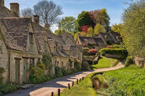 Vẻ cổ kính kết hợp hoàn hảo với thiên nhiên yên bình tại ngôi làng Bibury, nước Anh.