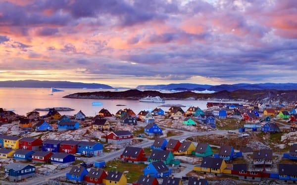 Biển xanh, mây trắng kề bên những ngôi nhà tựa đồ chơi ở Greenland.