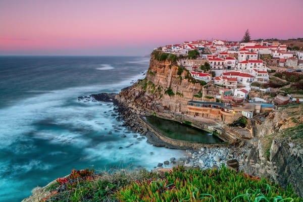 Ngôi làng Sintra, Bồ Đào Nha, nơi vách núi treo leo sóng vỗ dạt dào.