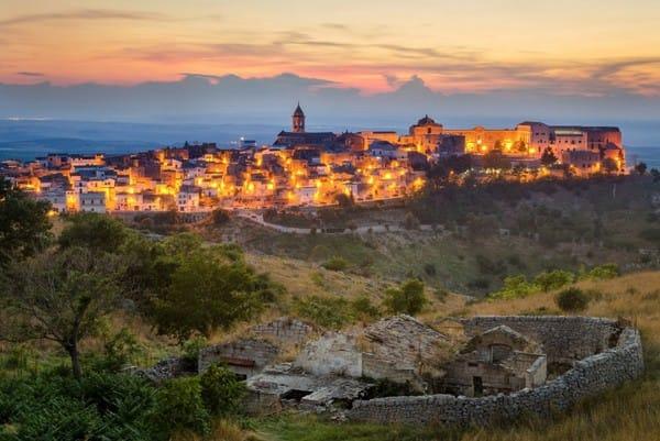 Một buổi tối lãng mạn giữa những ánh đèn ấm cúng bên người ấy tại thành phố Puglia, Italy.