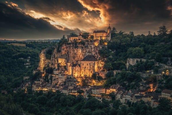 Làng Rocamadour, Pháp, khiến du khách liên tưởng tới cảnh chàng hoàng tử chiến đấu với con rồng hung dữ để giải cứu công chúa.