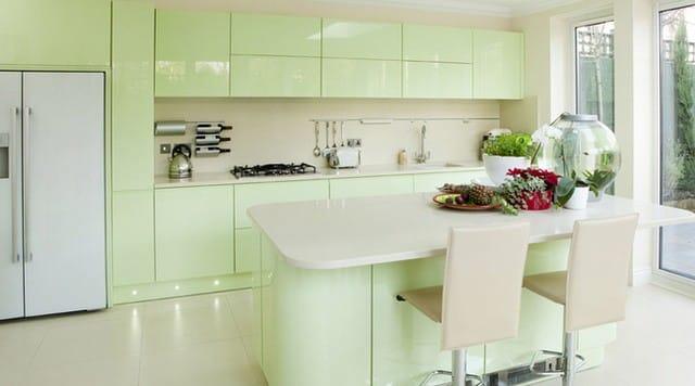 Căn bếp đẹp cuốn hút với màu xanh lá.