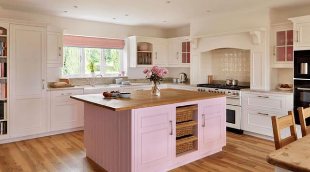 Căn bếp ngọt ngào với hồng phấn.
