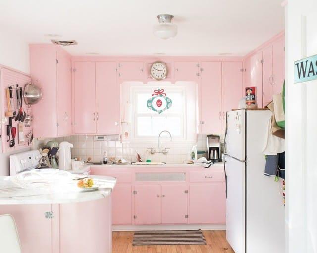 Tủ bếp màu hồng kết hợp với gam trắng tạo nét ngọt ngào, thanh lịch.