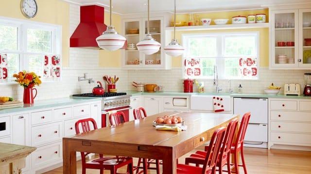 Bếp màu pastel với điểm nhấn màu đỏ ấn tượng.