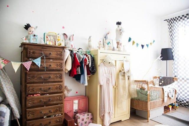 1. Tủ gỗ cổ điển có thể là một lựa chọn tốt. Các màu tương phản như vàng hoặc hồng hoặc sẽ giúp cho căn phòng không còn cảm thấy đơn điệu và biến nó trở nên thật duyên dáng và độc đáo.