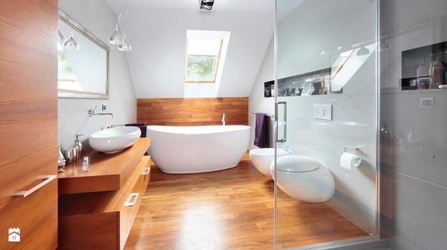 1. Khung cảnh của một căn phòng tắm tuyệt đẹp được thiết kế tận dụng ở tầng gác mái.