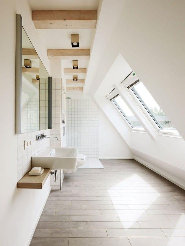 2. Ánh sáng là một trong những nhân tố quyết định khiến những căn phòng tắm gác mái trông tuyệt vời đến vậy.