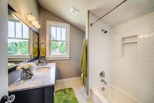 11. Việc đặt những chiếc gương cỡ lớn trong nhà tắm giúp ánh sáng tán khắp không gian, đồng thời cũng tạo ảo giác căn phòng rộng rãi hơn đôi chút.