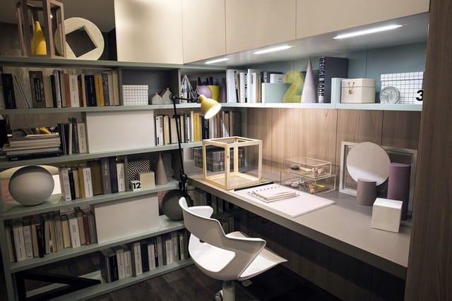 Đèn chiếu sáng dưới tủ giúp tăng thêm sự hấp dẫn của giá sách.