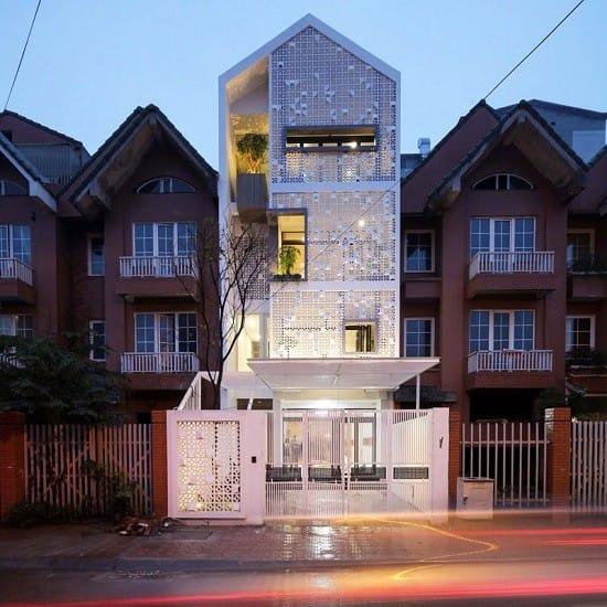 Kiến trúc sư khéo léo sử dụng đèn vàng thay vì đèn ánh trắng thông thường để tạo hiệu ứng cho ngôi nhà trở nên lung linh hơn khi đêm xuống.