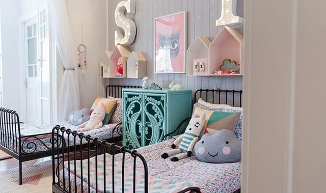 13. Anh chị em cùng chia sẻ một căn phòng sẽ làm nhu cầu về không gian cá nhân trong phòng ngủ cao hơn. Một ngăn tủ cổ điển tuyệt đẹp giữa hai giường sắt sẽ là tuyệt vời cho lũ trẻ đựng những đồ vật cá nhân của mình.