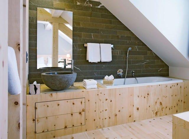 13. Những chiếc tủ âm hay việc tận dụng hốc tường làm không gian lưu trữ là những điều bạn cần biết khi thiết kế một căn phòng tắm gác mái.