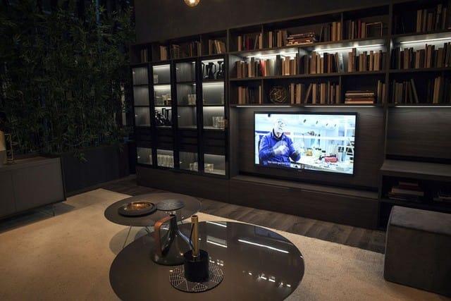 TV ở phòng khách cùng với một giá sách mở.