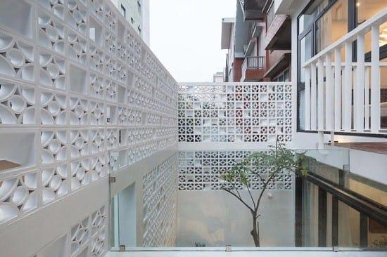 Khối bê tông này không chỉ trang trí cho ngôi nhà thêm nổi bật mà còn giúp lấy ánh sáng tự nhiên cho các không gian bên trong.