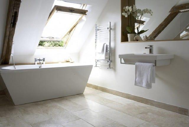3. Thiết kế những khung cửa sổ trần cỡ lớn mang đến cho căn phòng tắm lượng ánh sáng tự nhiên vô cùng dồi dào.