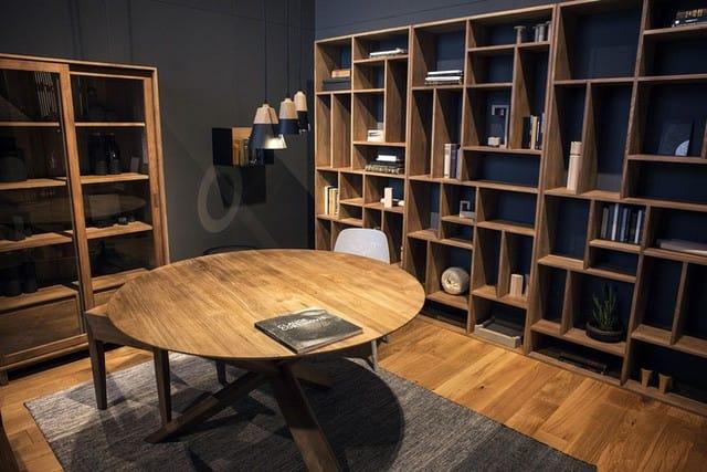 Sau khi sắp xếp hết toàn bộ số sách của mình, những không gian trống bạn có thể dùng là nơi cất giữ nhưng phụ kiện, nhờ đó mà loại bỏ được hoàn toàn không gian chết trong nhà.