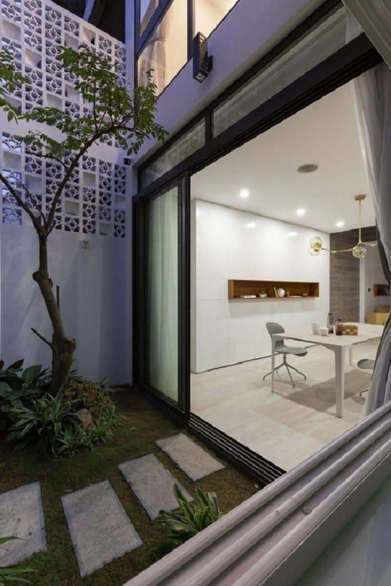 Khuôn viên của ngôi nhà có một khu vườn nhỏ, chủ nhà có thể trồng rau hoặc hoa, cây cảnh.