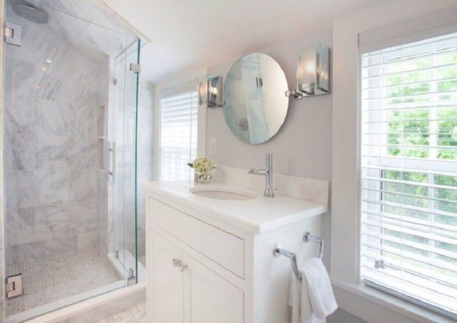 4. Ánh sáng tự nhiên, lại được gương tán xạ khiến cả không gian nhà tắm luôn bừng sáng.