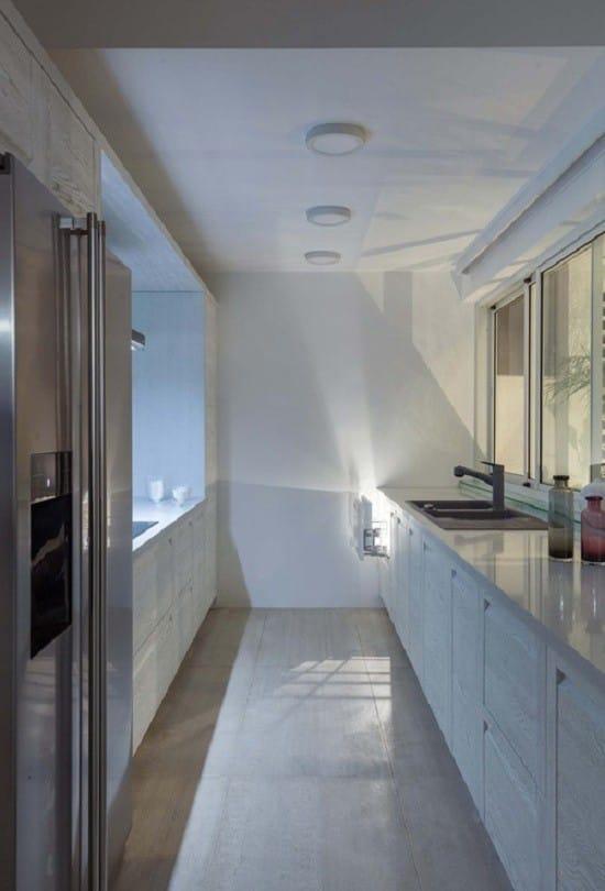 Bên trong nhà, từ màu sơn tới nội thất cũng lấy màu trắng làm chủ đạo.