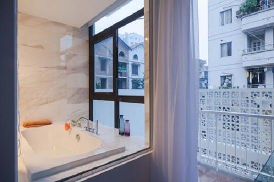 Nhà tắm ốp đá toàn bộ, tạo cảm giác sang trọng và sạch sẽ.
