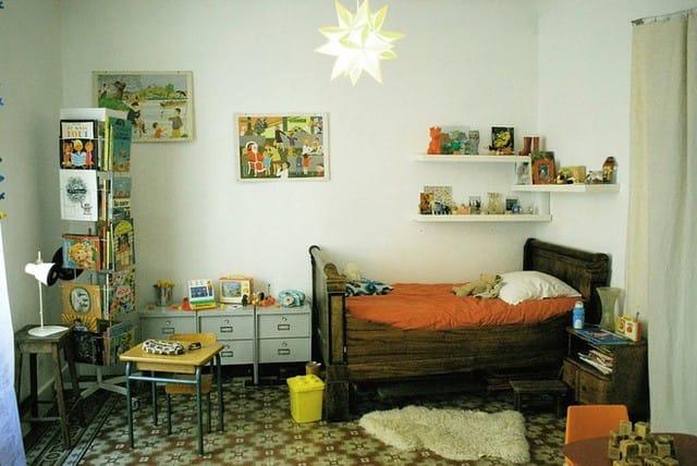6. Cùng với đó, thiết kế này cũng theo hơi thở vintage với giường ngủ, gạch hoa cổ điển và giá sách nhựa mở.