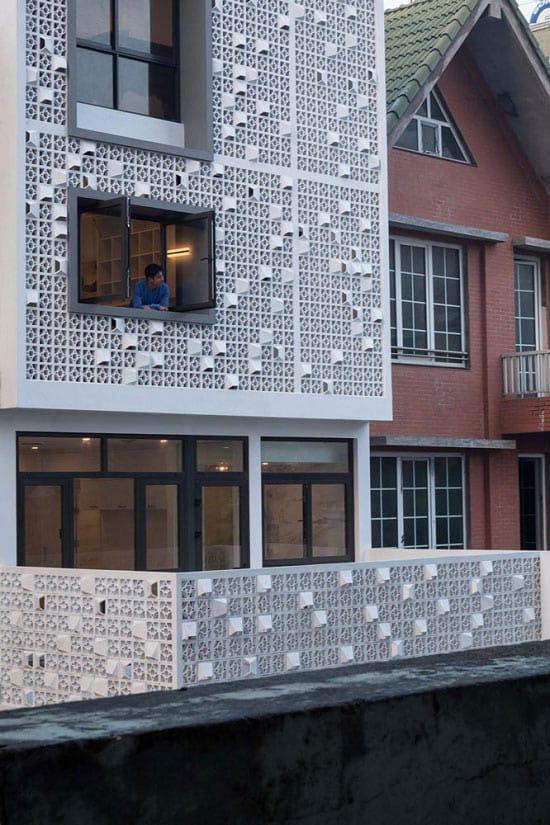 Kiến trúc sư đã khéo léo lấy ý tưởng từ những tấm bê tông lỗ chắn trong phong cách kiến trúc thời bao cấp, cách điệu và biến nó thành thiết kế đương đại đẹp mắt.