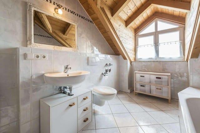 7. Chất liệu gỗ dùng làm trần nhà và mang cảm giác ấm cúng cho căn phòng.